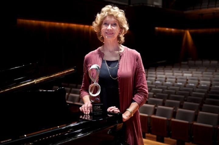 Felicity Lott receiving the ISM's Distinguished Musician Award